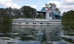 This is a beautiful 1992 Suntracker 30 ft. Party Hut. It is very clean and runs excellent! Equipped with a 100hp Evinrude motor....very reliable! Starts right up every time! Has power tilt and trim....it works perfect, too. This boat is in amazing