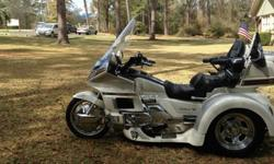 ,.,././Beautiful dash and gauges-cruise-AM-FM-Cassette (I-Pod capable) Intercom-CB-Speakers front & rear (all systems work) All compartments are clean, with working doors and locks.Cup holders fron & rear-All electric works-Motor Trike- The Trike has a
