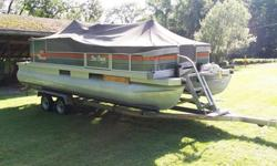 With amenities include a lounge table with drink holders, a padded aft sundeck w/pop-up changing room, padded aft lounge w/storage and a livewell underneath, a relaxing L-shaped lounge at port, ...Sun Tracker PARTY BARGE 21 Signature