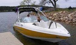 This barely pre-owned 2007 Rinker 262 Captiva offers low hours and seldom seen space in a bowrider. The rear gives a carpeted walk-thru transom w/ transom storage, snap-in carpet, massive flip-up sun lounger w/ more transom storage. Bow filler cusions and