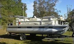 Usually, even high-end pontoon boats have the same dull straight lines and rectangular tubing making up the bulwarks and rails. Sun Tracker has beefed up the railings, added radiuses and curves and splashed on some elegant looking graphics on the Party